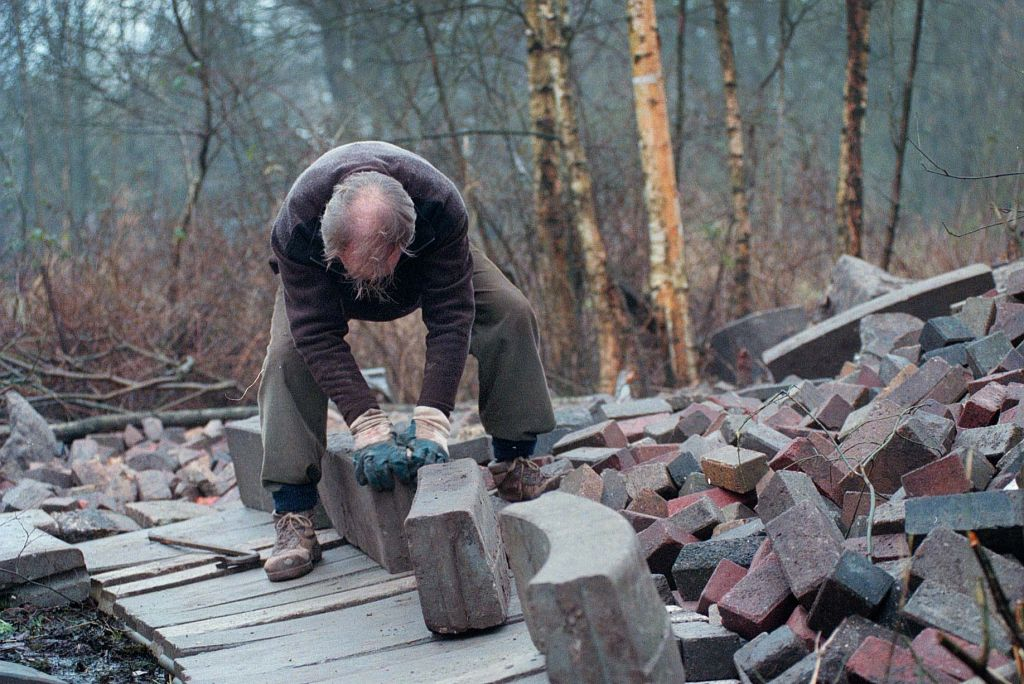 Louis le Roy at work in the Eco Cathedral in Mildam. Photo Peter Wouda. https://flic.kr/p/HJWar