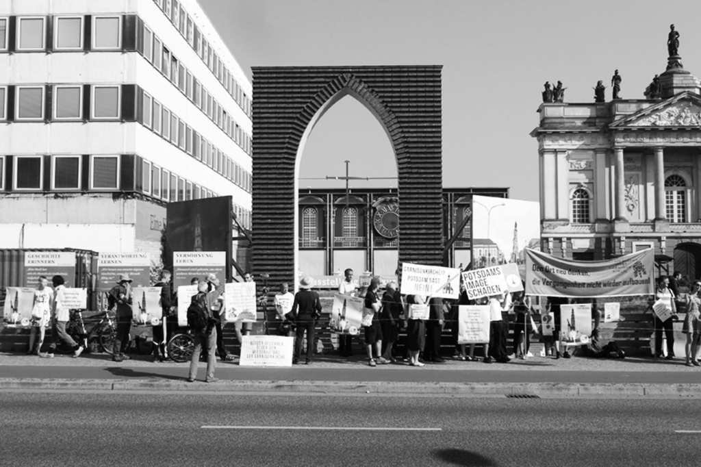 Protesters demonstrate against the ZDF worship broadcast promoting the Garrison Church's reconstruction, September 2016. Photograph courtesy of Philipp Oswalt.